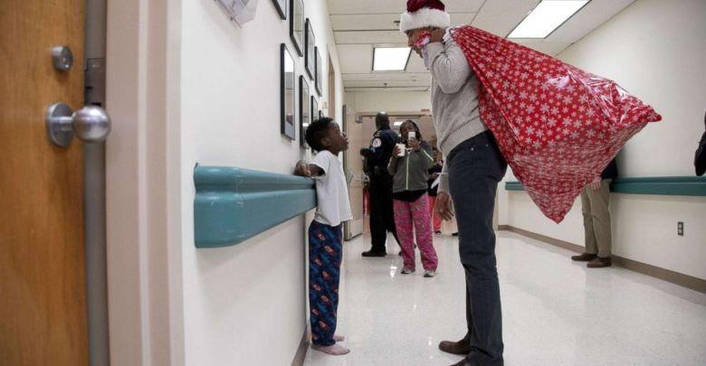 Photo of ბარაკ ობამამ ბავშვთა ჰოსპიტალს საახალწლო საჩუქრები დაურიგა