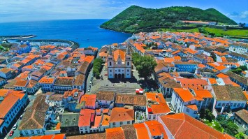 Buildings in the central part of Angra do Heroismo, a UNESCO World Heritage site, sport cheerful red rooftops. (Photo credit: Kenzo Kiren)
