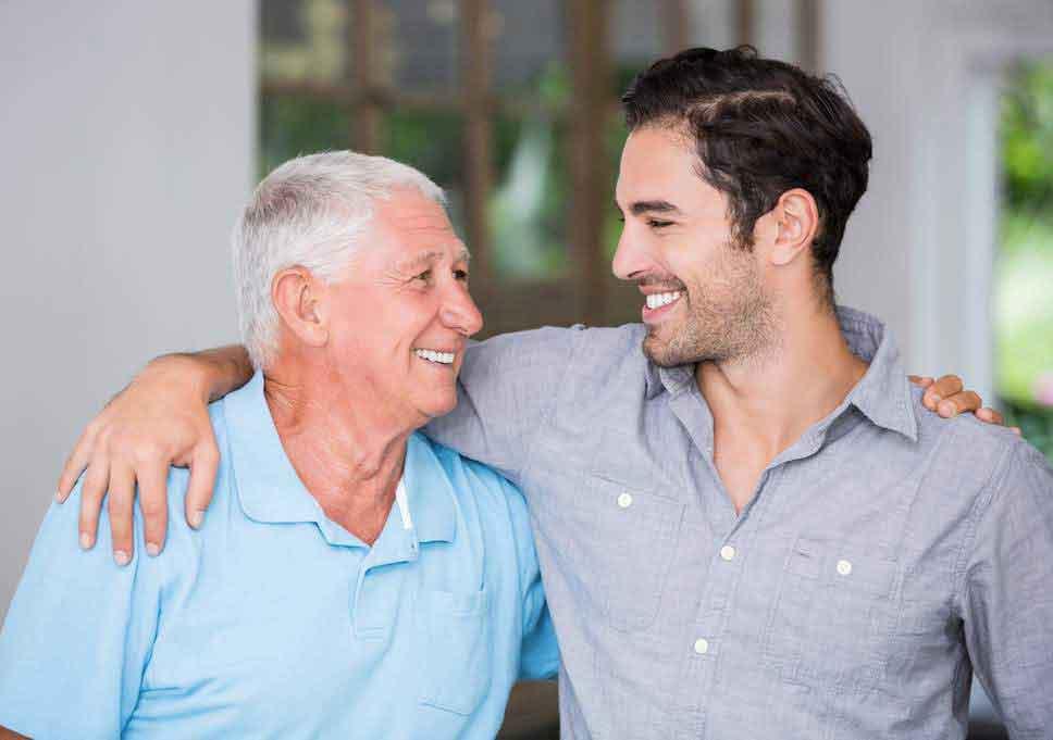il figlio porta il padre dal naturopata per una visita kinesiologica