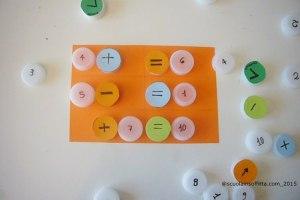 Gioco con i tappi: simmetria e aritmetica