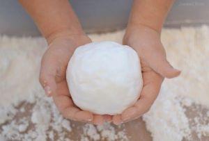 Come fare la neve finta per il gioco sensoriale