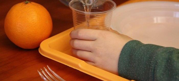 Perché si usano le stoviglie monouso di plastica a scuola?