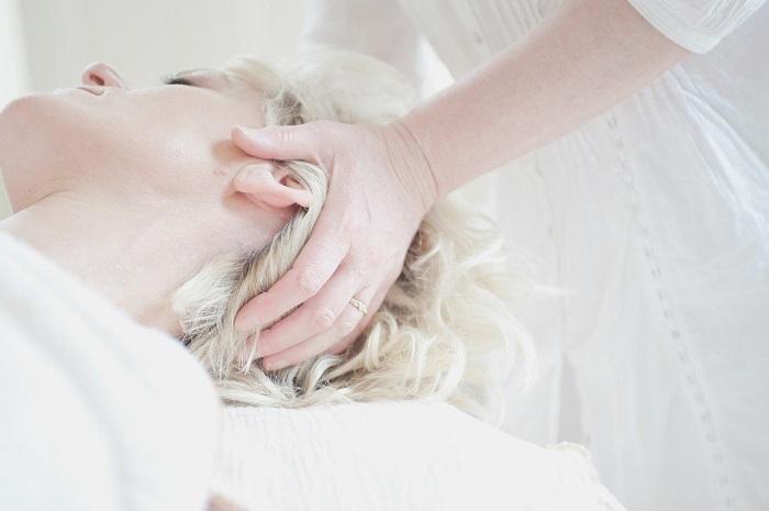 Massaggio del cuoio capelluto con la spazzola
