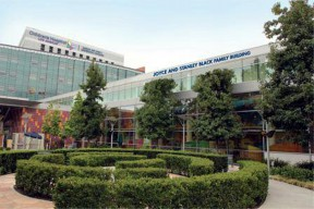Located in the heart of the hospital's campus, the Joyce and Stanley Black Family Building faces Sunset Boulevard and serves as the physical link between the hospital's longstanding care centers.