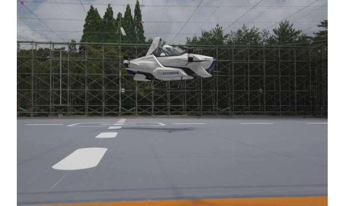 carro voador, do Japão sai do solo, com uma pessoa a bordo