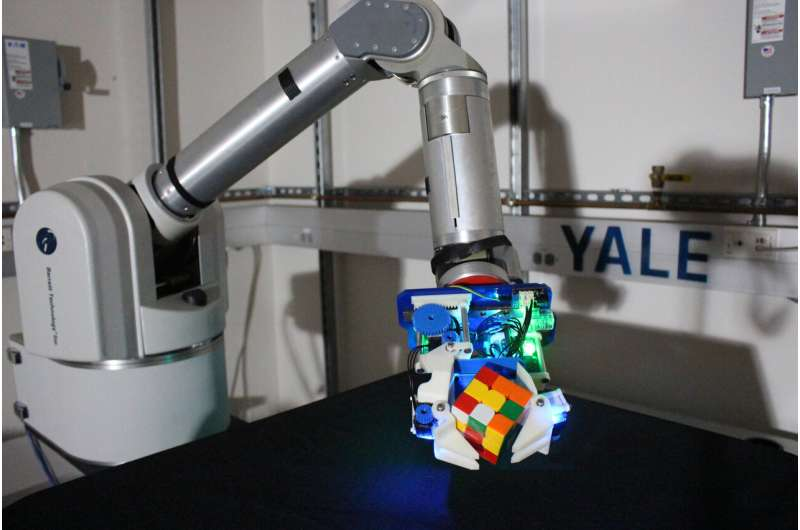 A highly dexterous robot hand with a caging mechanism