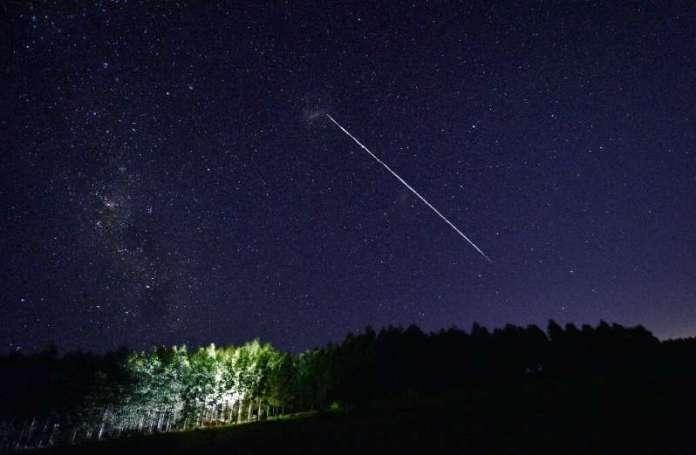 एक लंबी-एक्सपोज़र छवि उरुग्वे के ऊपर से गुजरने वाले स्पेसएक्स के स्टारलिंक उपग्रहों के एक समूह का एक निशान दिखाती है - लेकिन क्या कंपनी की लड़ाई होगी