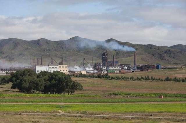 Une photo prise en 2012 montre une raffinerie de terres rares près de Baotou, en Chine, le pays dominant l'exploitation minière et le raffinage de t
