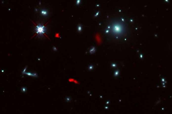 ALMA प्राकृतिक कॉस्मिक टेलीस्कोप की मदद से शिशु आकाशगंगा को घुमाने का एहसास करता है
