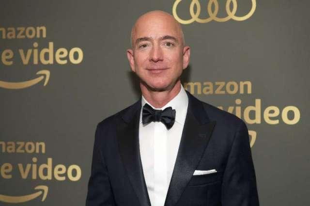 Le fondateur d'Amazon, Jeff Bezos, qui a depuis longtemps des ambitions dans le monde du divertissement, est vu aux Golden Globe Awards A de Prime Video