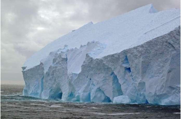 हार्वर्ड के एक अध्ययन में कहा गया है कि अंटार्कटिक की बर्फ की चादर पिघलने से समुद्र का स्तर ऊंचा उठा है