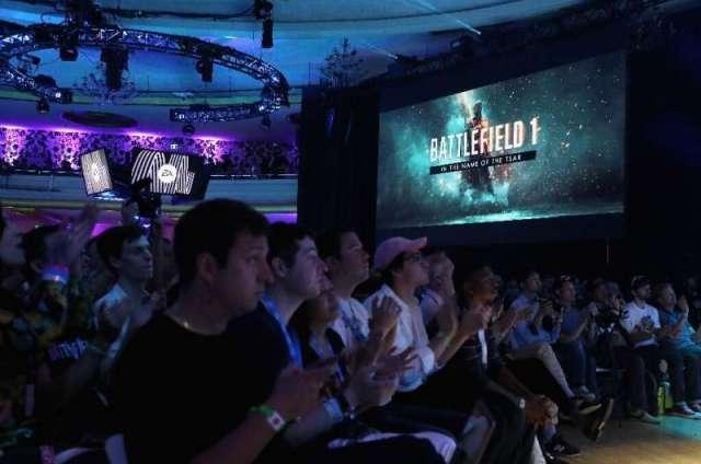 Les amateurs de jeux et le personnel de l'industrie regardent des scènes de