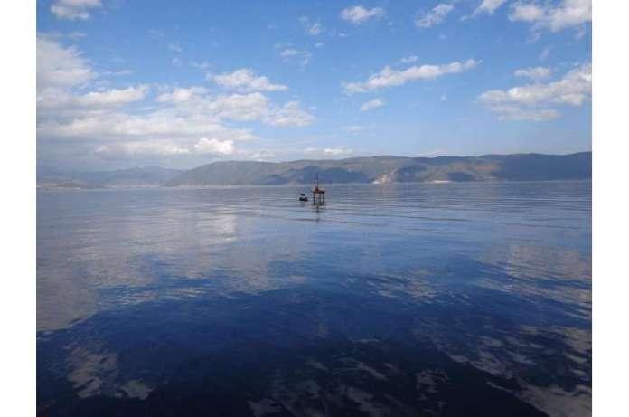 पहाड़ी क्षेत्रों में झीलें ऊर्जा, गर्मी और कार्बन विनिमय प्रक्रियाओं को कैसे प्रभावित करती हैं?