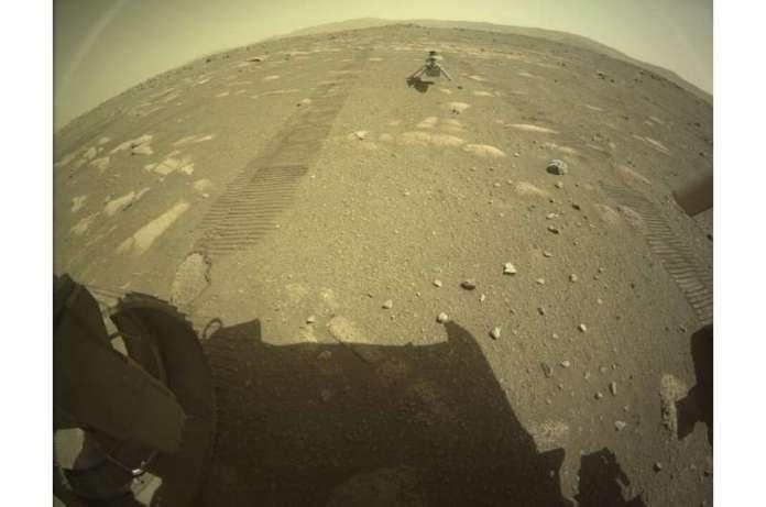 Ingenuity (दृढ़ता रोवर के पीछे मंगल की सतह पर दिखाया गया है) कॉमी के ऊपर अपने रोटार और मोटर्स के परीक्षण करेगा