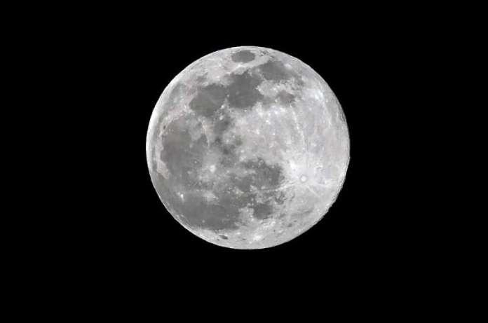 जेफ बेजो की ब्लू ओरिजिन स्पेस कंपनी ने शिकायत की है कि 2024 तक चंद्रमा पर लौटने की नासा की योजना को इसके खतरे में डाला जा सकता है।