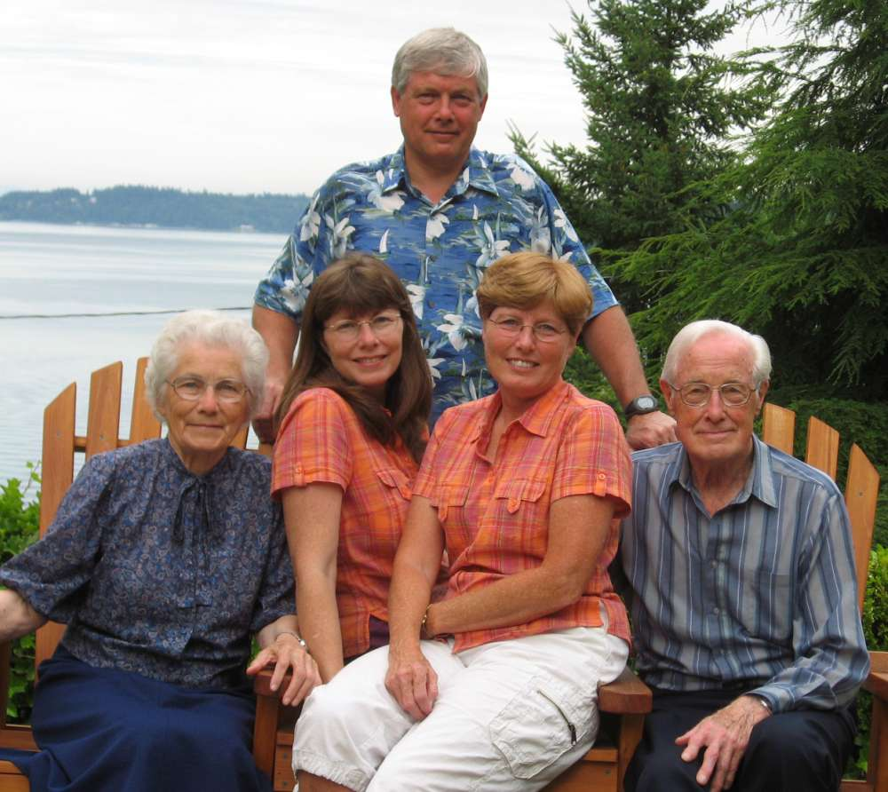 Thomas Davis, right, with his wife, Margaret and their three children, Arlen Davis; Cheryl Dunn, second right; and Lorna Dreher, in 2007.