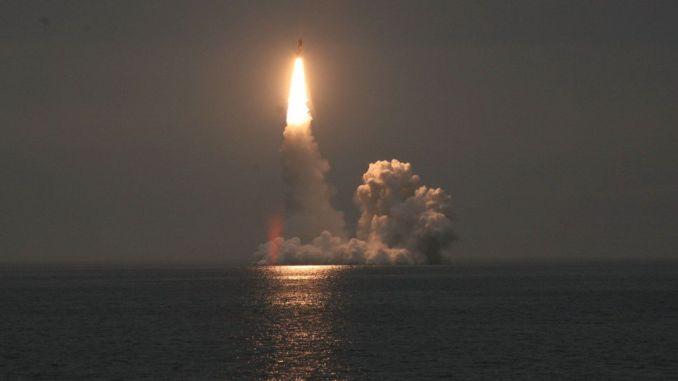 إطلاق صاروخ باليستي
