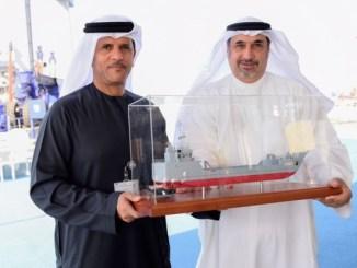 سفير الكويت في أبوظبي صلاح البعيجان يتسلم نموذج من الزورق العسكري خلال حفل الاستلام