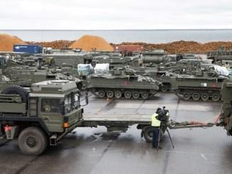 الدبابات البريطانية في ميناء إستوني