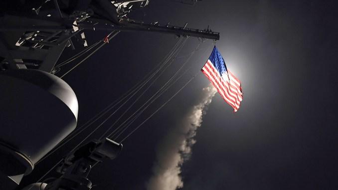 """صاروخ """"توماهوك"""" يتم إطلاقة من المدمرة الأميركية """"يو أس أس بورتر"""" متجهاً نحو سوريا في 7 نيسان/أبريل 2017. (فورد ويليامز/البحرية الأميركية- Getty Images)"""