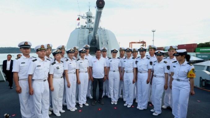 الرئيس الصيني خلال زيارته السفن الصينية (AFP)