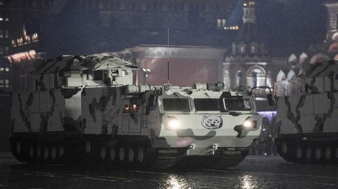 """""""تور إم 2 دي تي"""" نظام صواريخ أرض جو خلال بروفة العرض العسكري"""