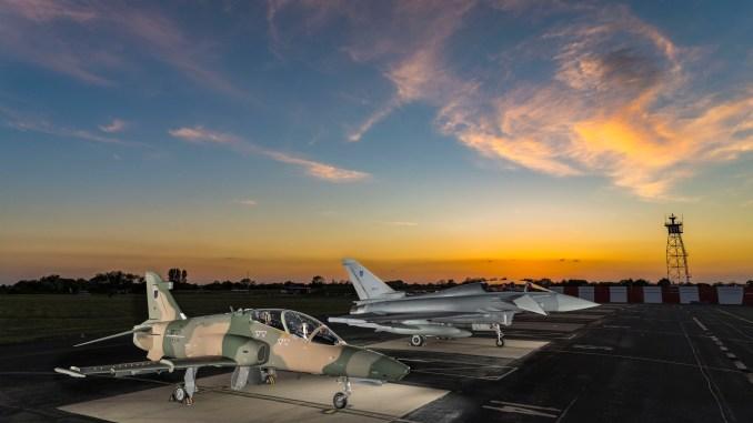 مقاتلة من طراز يوروفايتر تايفون وطائرة التدريب المتقدمة هوك