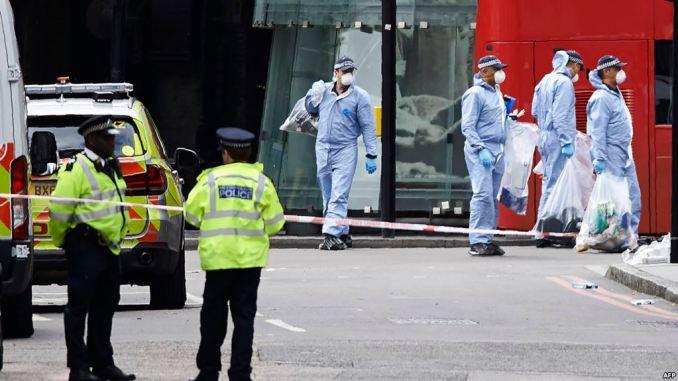 رجال الشرطة في موقع الهجوم في لندن