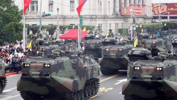 مركبات هجومية برمائية من نوع AAV-P7A1 تابعة لمشاة البحرية التايوانية