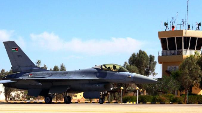 مقاتلة أف-16 أردنية في قاعدة عسكرية شمالي البلاد