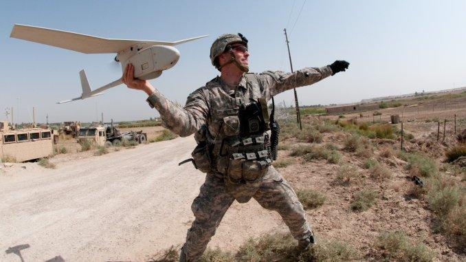 جندي أميركي يطلق طائرة من دون طيار