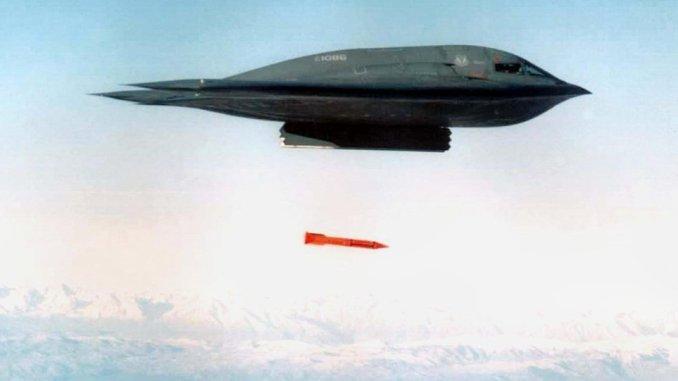 قاذفة قنابل تلقي قنبلة بي-61