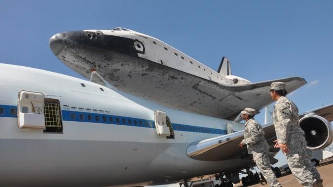 عناصر من الجيش الأميركي أمام مركبة فضائية