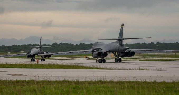 قاذفتا بي-1بي لانسر تتحضران للإقلاع من قاعدة أندرسون الجوية (AFP)