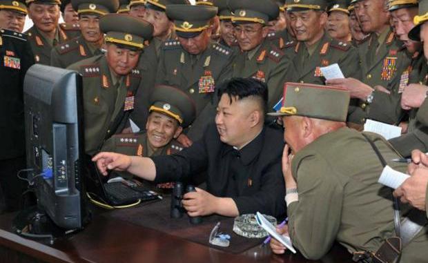 الزعيم الكوري الشمالي يتوسّط عسكريين