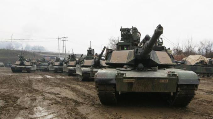 """دبابات """"أبرامز أم1آي2"""" أميركية أثناء مشاركتها في مناورة عسكرية (أسوشيتد برس)"""