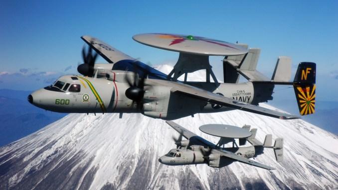 طائرتا الإنذار المبكر E-2 Hawkeye