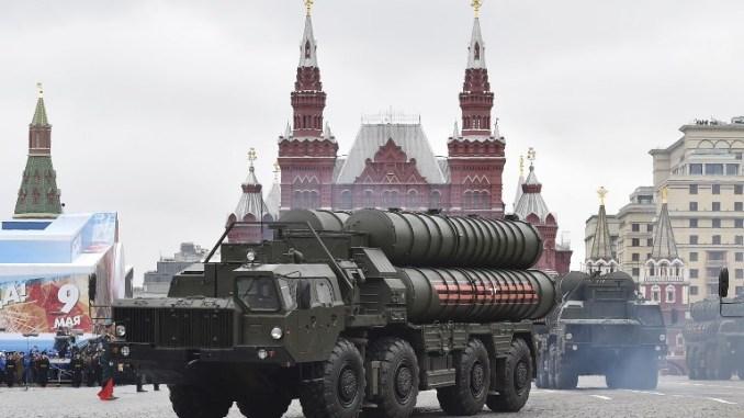 """صواريخ """"أس-400"""" روسية في الساحة الحمراء خلال العرض العسكري ليوم النصر في موسكو في 9 مايو 2017. تحتفل روسيا بالذكرى الـ72 لانتصار الإتحاد السوفيتي على ألمانيا النازية في الحرب العالمية الثانية (ناتاليا كوليسنيكوفا/AFP)"""
