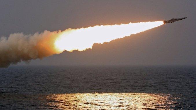 صورة غير مؤرخة لتجربة إطلاق صاروخ روسي من البحر (وكالة سبوتنيك)