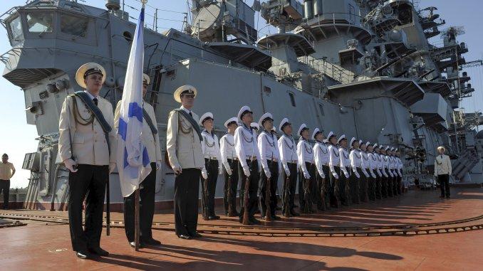 عناصر من البحرية الروسية تقف أمام سفينة Pyotr Veliky في طرطوس، سوريا (Sputnik)