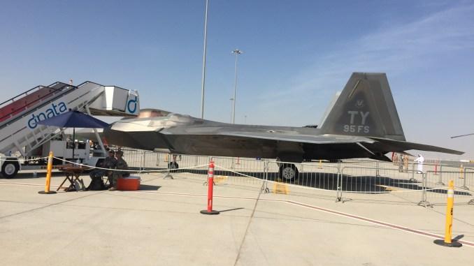 """مقاتلة """"أف-22"""" الأميركية خلال فعاليات معرض دبي للطيران 2017 (الأمن والدفاع العربي)"""