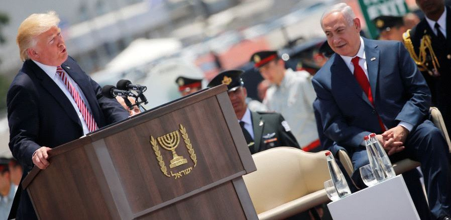 رئيس الوزراء بينيامين ناتنياهو يستمع إلى الرئيس الأميركي دونالد ترامب خلال خطاب له في حفل ترحيس أقيم لدى وصوله إلى مطار بن غوريون الدولي بالقرب من تل أبيب في 22 أيار/مايو 2017 (رويترز)