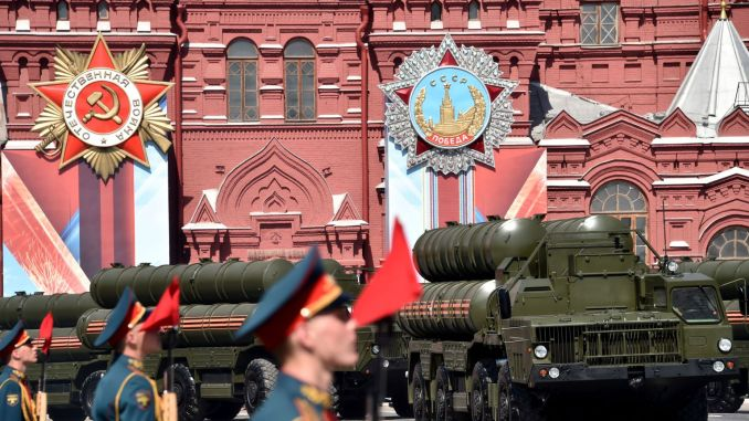 أنظمة أس-400 الروسية في الساحة الحمراء (Red Square) خلال العرض العسكري ليوم النصر في موسكو في 9 أيار/مايو 2016 (AFP)