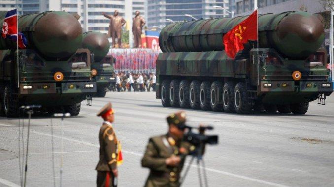 صواريخ بالستية عابرة للقارات تمرّ أمام الزعيم الكوري الشمالي كيم جونغ أون ومسؤولين آخرين رفيعي المستوى خلال عرض عسكري بمناسبة الذكرى الـ105 للولادة المؤسس للبلاد كيم إيل سونغ في بيونغ يانغ في 15 نيسان/أبريل 2017 (رويترز)