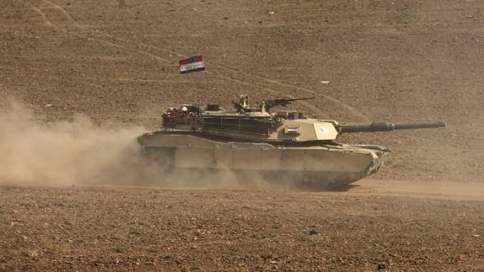 """صورة التقطت في 26 تشرين الأول/أكتوبر 2017 تظهر دبابة قتال رئيسة من طراز """"أبرامز أم 1"""" تابعة للقوات العراقية تتقدم نحو بلدة فيش خابور، الواقعة على الحدود التركية والسورية في منطقة الحكم الذاتي الكردية العراقية (AFP)"""