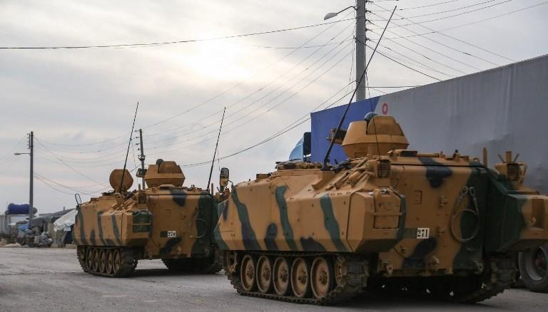 ناقلات جنود مدرعة ومركبات قتال المشاة تركية تمرّ عبر معبر باب السلامة الحدودي بين سوريا وتركيا في شمال محافظة حلب، في 21 كانون الثاني/يناير 2018 (AFP)
