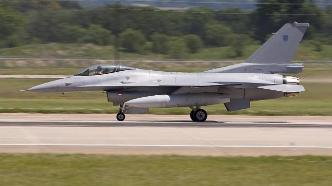 مقاتلة أف-16سي بلوك 50 رقمها 811 تابعة للقوات الجوية العمانية تتنقّل على مدرج فورث نورث في 7 أيار/مايو 2008 (كيث روبنسون)