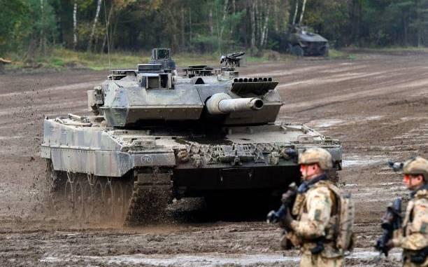 """جنود ألمان يقفون إلى جانب دبابة قتال رئيسة من نوع """"ليوبارد 2 أيه-7"""" للقوات المسلحة الألمانية خلال تمرين """"عملية الأرض 2017"""" في منطقة التدريب العسكري في مونستر، شمال ألمانيا، في 13 تشرين الأول/أكتوبر 2017 (AFP)"""