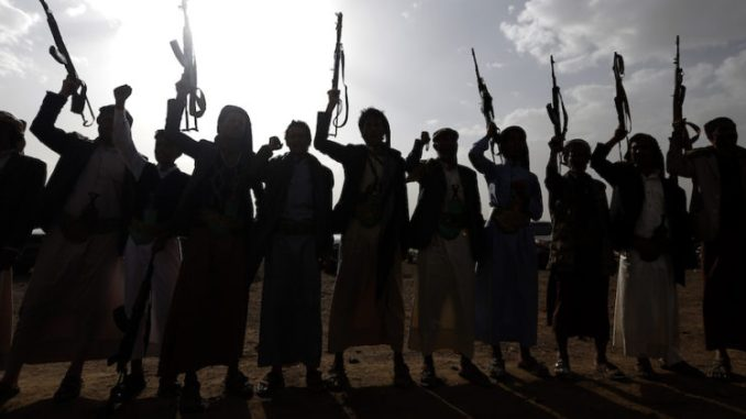 يطلق المتمردون الحوثيون في اليمن شعارات خلال تجمع لحشد المزيد من المقاتلين على جبهات القتال لمحاربة القوات الموالية للحكومة، في 18 حزيران/ يونيو 2017، في العاصمة اليمنية صنعاء