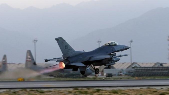 """مقاتلة أف-16 أميركية تُقلع في مهمّة خلال الليل من قاعدة """"باجرام"""" في أفغانستان يوم 22 آب/أغسطس الماضي (جون سميث، رويترز)"""
